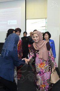 1 HRH Raja Zarith Sofiah binti Almarhum Sultan Idris Shah, Permaisuri Johor was greeted on arrival by committee members of the Johor Women's League (JEWEL). [Keberangkatan tiba, DYMM Raja Zarith Sofiah binti Almarhum Sultan Idris Shah, Permaisuri Johor disambut bersama oleh ahli jawatankuasa tertinggi Pertubuhan Pergerakan Wanita Johor (JEWEL).]